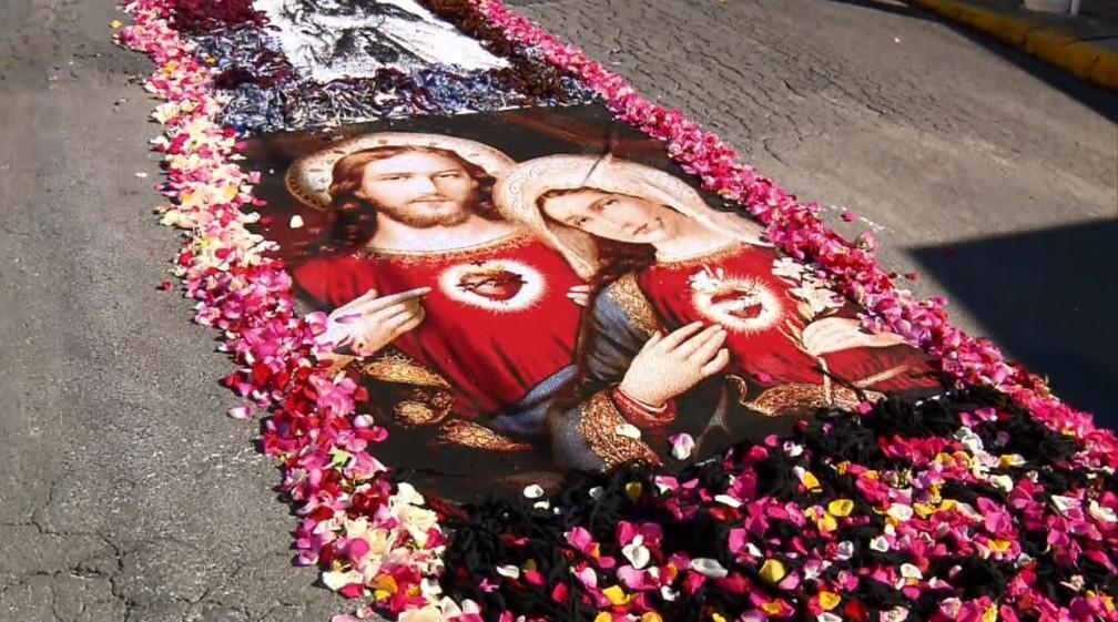 Jacutinga (MG) tem tapetes de Corpus Christi feitos com malhas (Foto: Edson de Oliveira/EPTV)