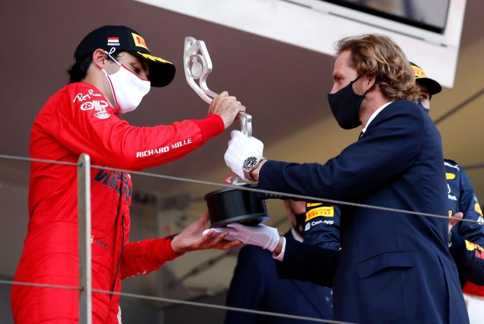 Carlos Sainz recebendo troféu em Mônaco — Foto: Getty Images