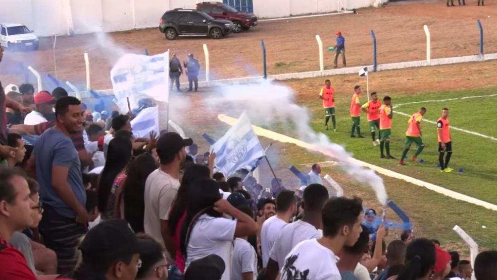 Uso de sinalizadores por parte da torcida do Oeirense, na semifinal da Série B do Campeonato Piauiense — Foto: Sávio Magalhães/Tv Clube