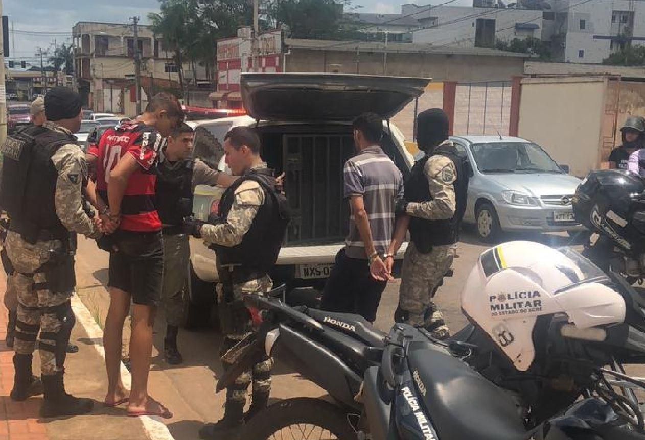 Em abordagem de rotina, PM prende dupla armada que trafegava em avenida de Rio Branco