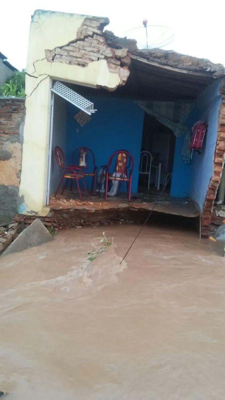 Água da chuva derruba fachada de casa na cidade de Assu, RN