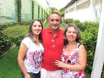 Auristela Silva ao lado do pai, José Silva, e da mãe, Adriana Silva. Jovem leva vida normal e sonha casar e ter filhos (Foto: Lucas Nanini/G1)