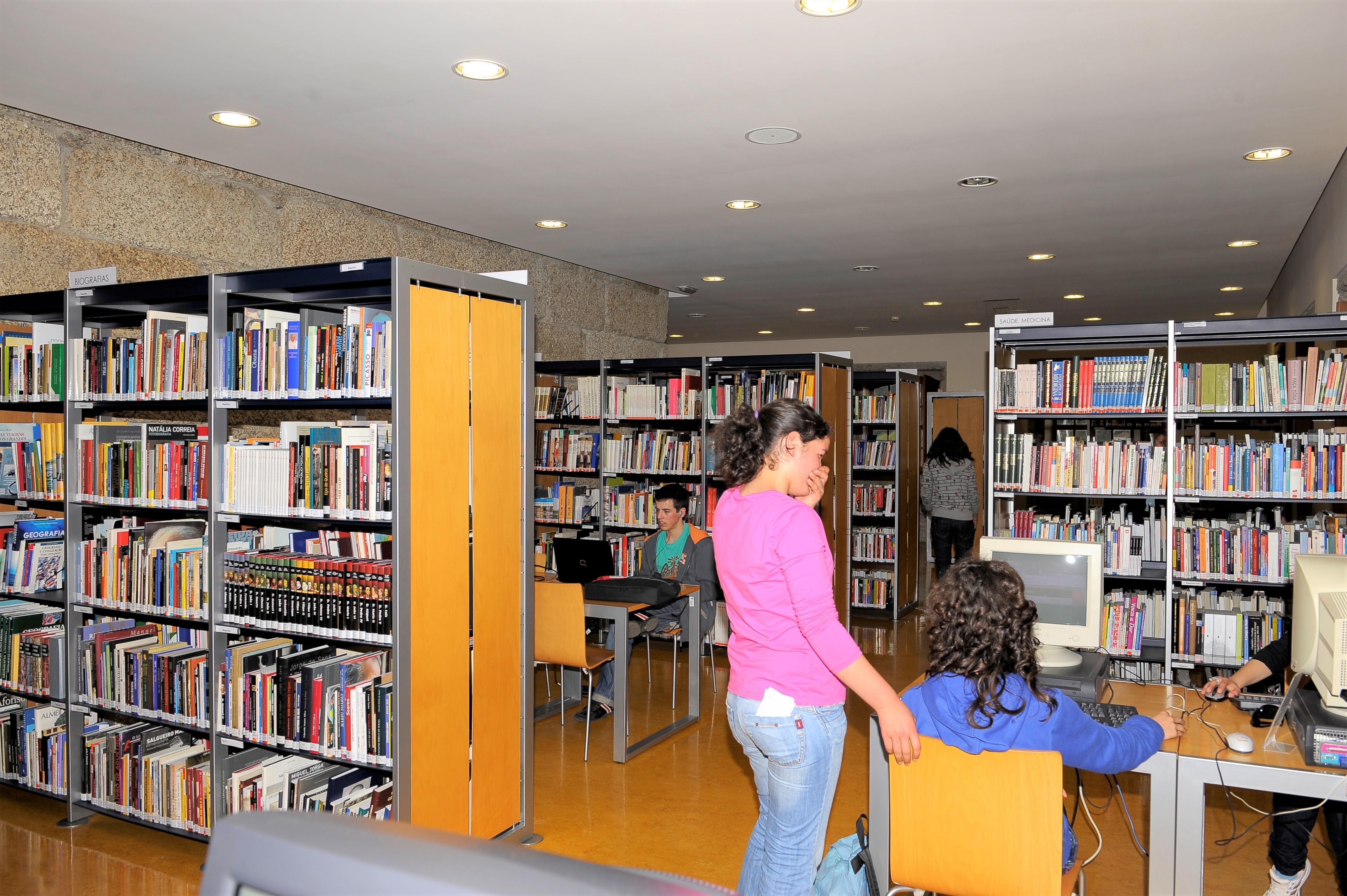 Estudantes consultam acervo da biblioteca de Celorico de Basto