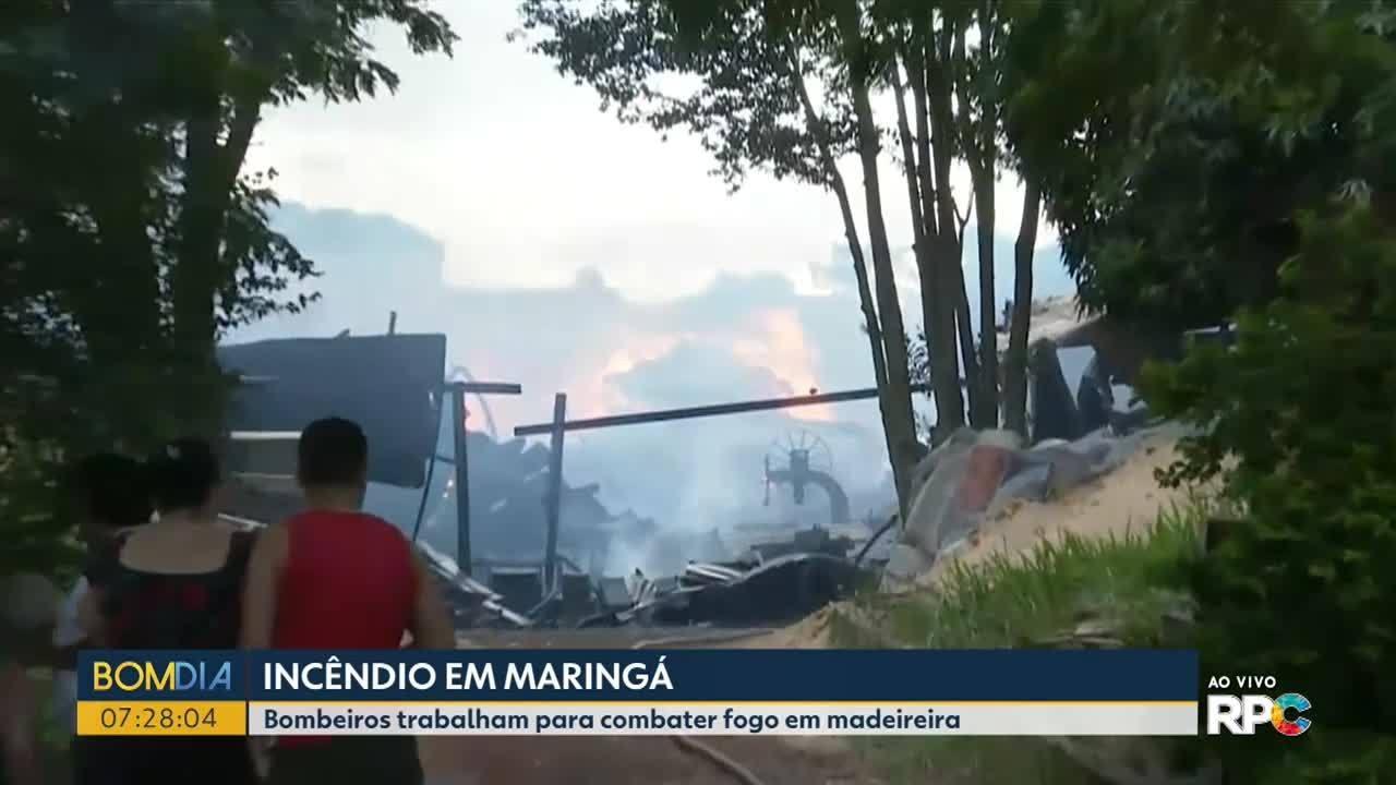 Bombeiros trabalham para combater fogo em madeireira