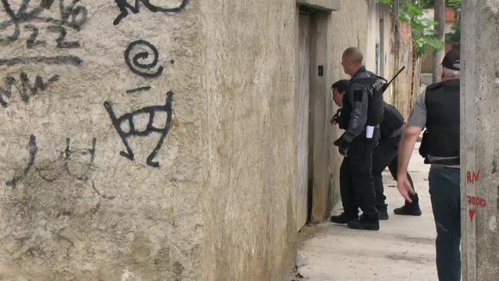 Agentes tentam cumprir 11 mandados de prisão contra a milícia de Wellington da Silva Braga, o Ecko — Foto: Reprodução / GloboNews
