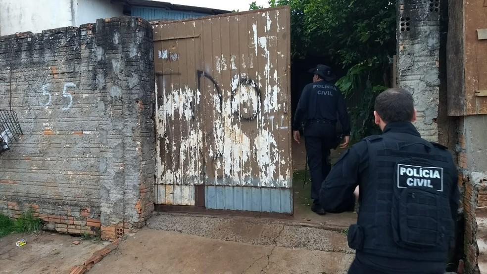 Policiais cumpriram mandados de busca e apreensão em operação contra o tráfico de drogas em Cascavel — Foto: Fernando Lopes/RPC
