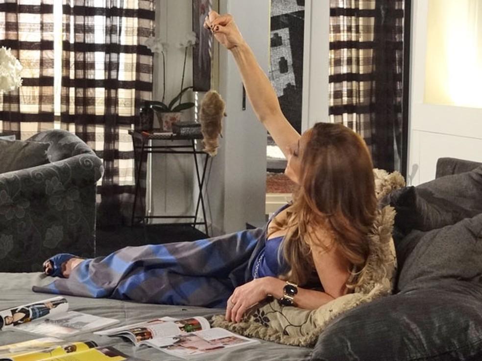 Patrícia joga rato morto em cima de Tereza Cristina em 'Fina Estampa' — Foto: Globo