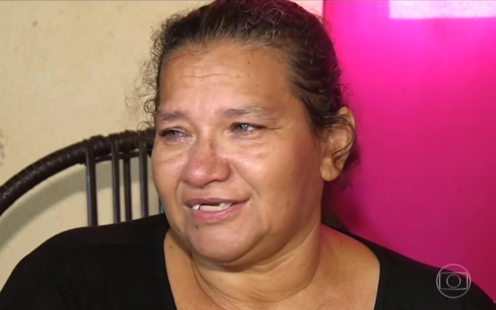Dona de casa Celina Lopes Teixeira conta ter extaído os príóprios dentes por falta de atendimento (Foto: Reprodução/TV Anhanguera)