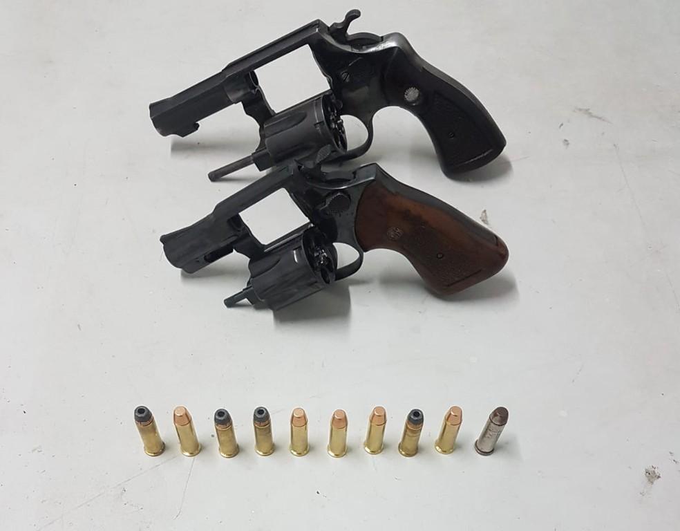Além do carro roubado, dupla de suspeitos estavam com duas armas e munições — Foto: Polícia Militar/Divulgação