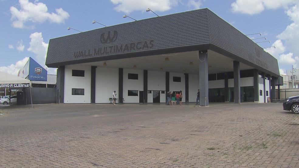 Loja de carros acusada de fechar em Brasília e sumir sem cumprir contratos com clientes — Foto: Reprodução/TV Globo