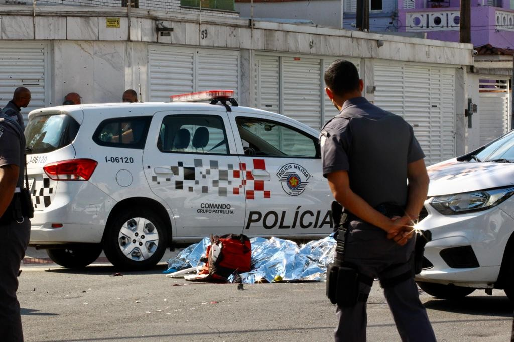 Motoboy morre após acidente com caminhão em Santos, SP