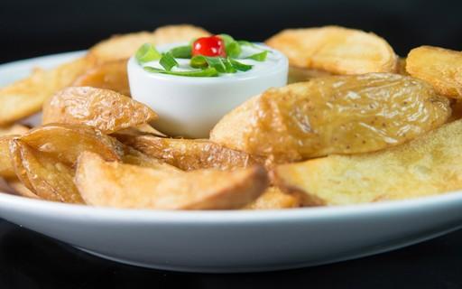Como fazer batata frita rústica com molho caseiro que vai impressionar
