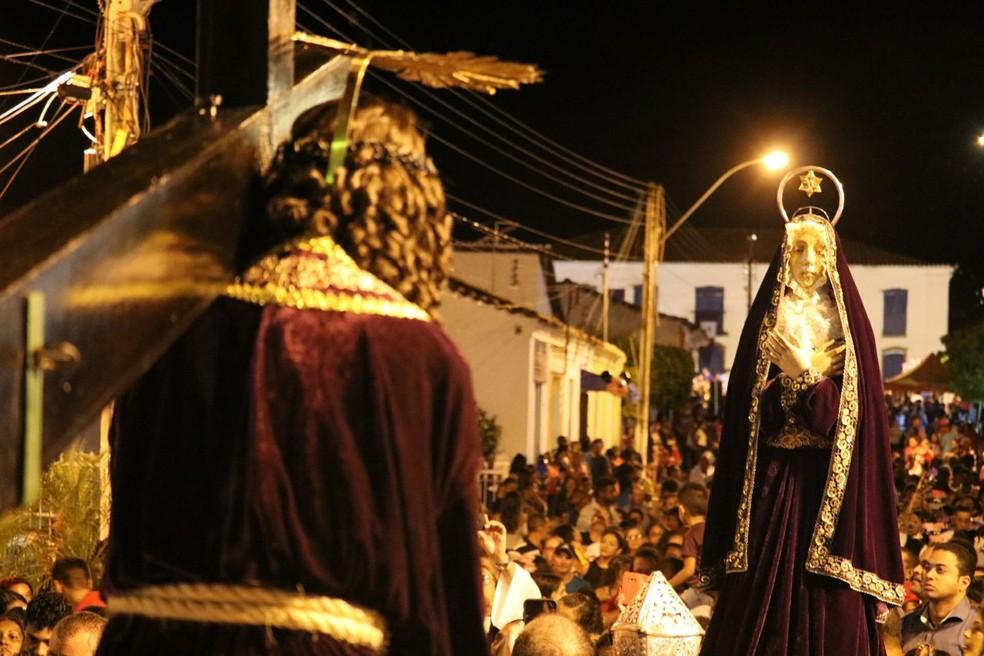 Momento chave da procissão é representando pelo encontro entre Cristo e Maria (Foto: Andrê Nascimento / G1 PI)