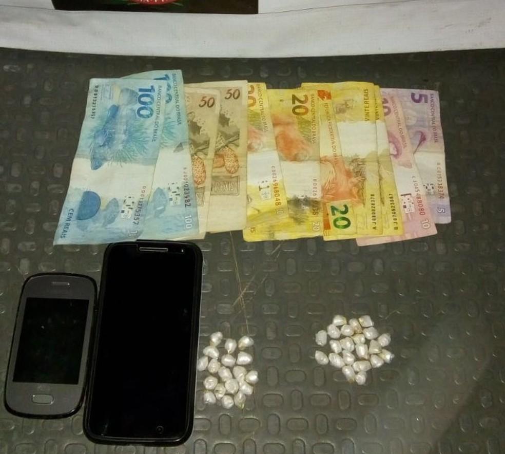 Dinheiro, celulares e porções de cocaína apreendidas (Foto: Divulgação/Polícia Militar)