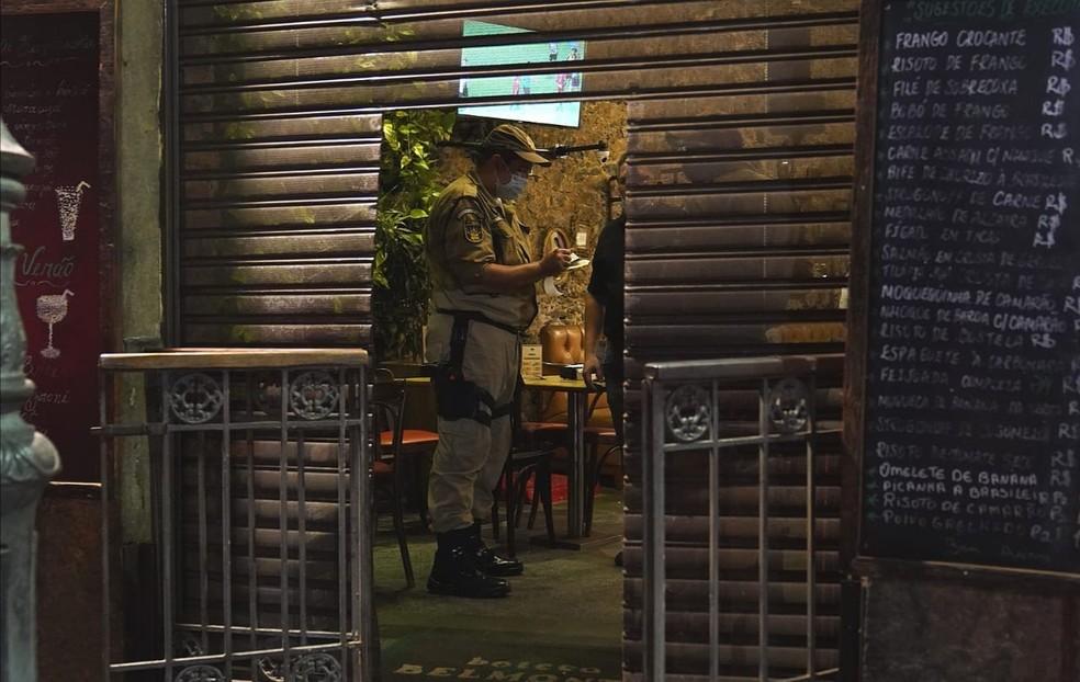 Guarda municipal notifica bar na Lapa, Centro do Rio, que ainda estava com a porta aberta — Foto: Marcos Serra Lima/G1