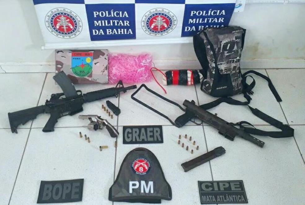 Armas e explosivos foram apreendidos durante ação que deixou três suspeitos mortos (Foto: SSP/ Divulgação)