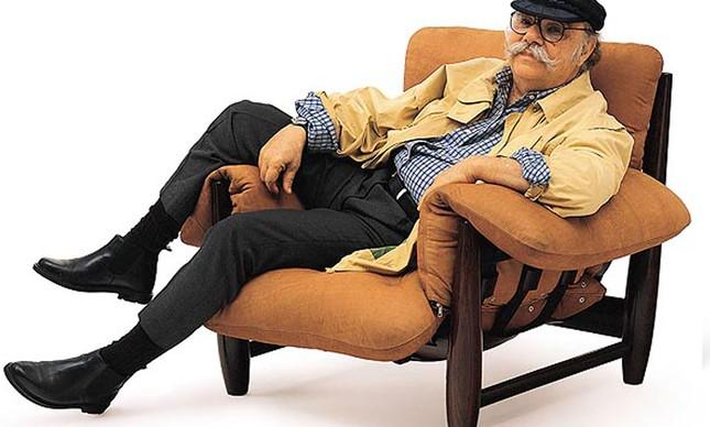 O designer Sergio Rodrigues e sua icônica poltrona Mole