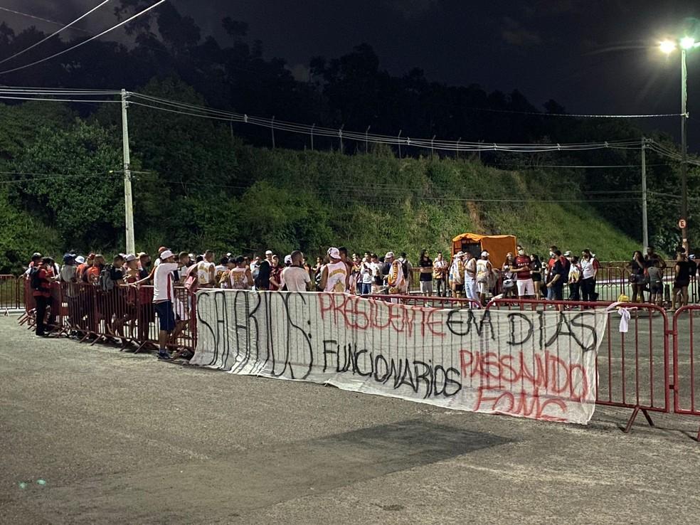 Torcedores colocam faixa em frente ao Barradão e citam atraso no pagamento dos salários dos funcionários — Foto: Thiago Mastroianni/TV Bahia