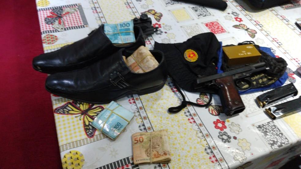 Polícia encontrou dinheiro em um calçado na casa de um dos presos — Foto: Reprodução