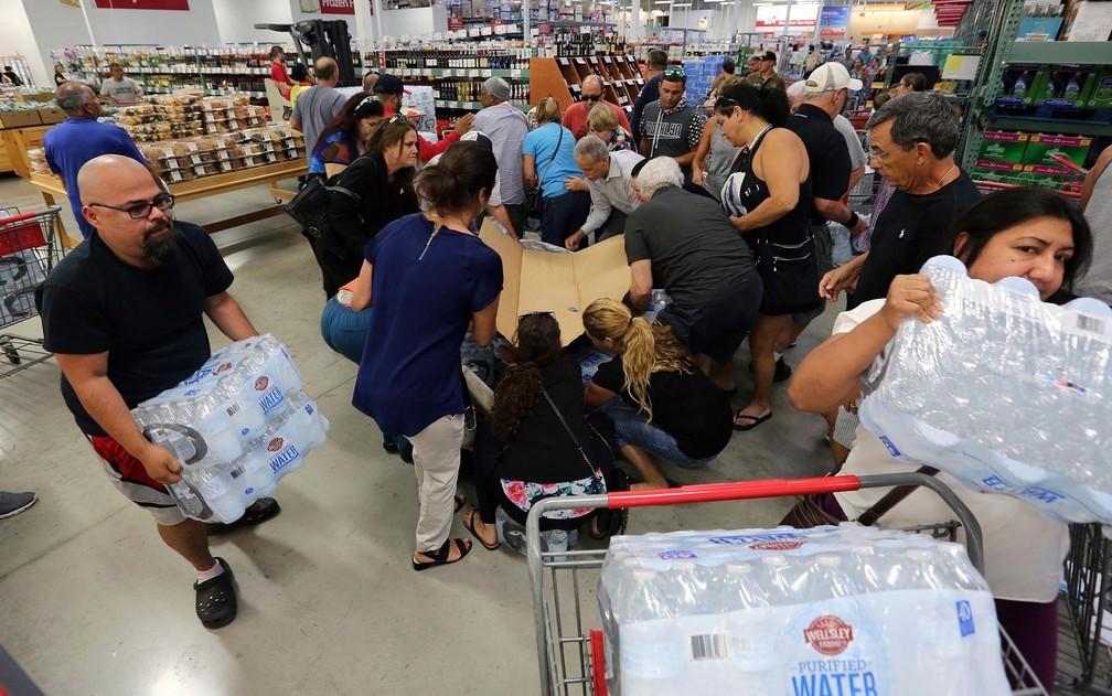 Pessoas compram água para estocar em preparação para a passagem do furacão Irma, em Miami, na Flórida, na terça (5) (Foto: Roberto Koltun/Miami Herald via AP)
