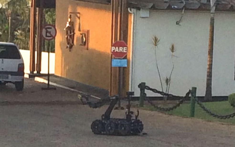 Robô anti-bombas da Polícia Militar faz varredura em clube onde caixas eletrônicos foram explodidos no DF (Foto: Polícia Militar/Divulgação)