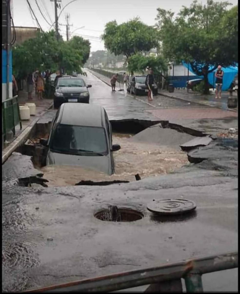 Carro afunda em cratera na Zona Norte do Rio — Foto: Reprodução/ Redes Sociais