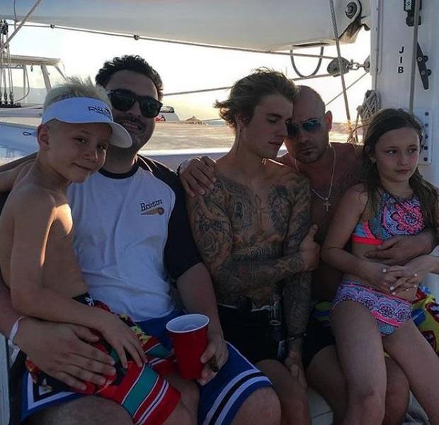 Justin Bieber durante passeio de barco com a família na Jamaica (Foto: Reprodução/Instagram)