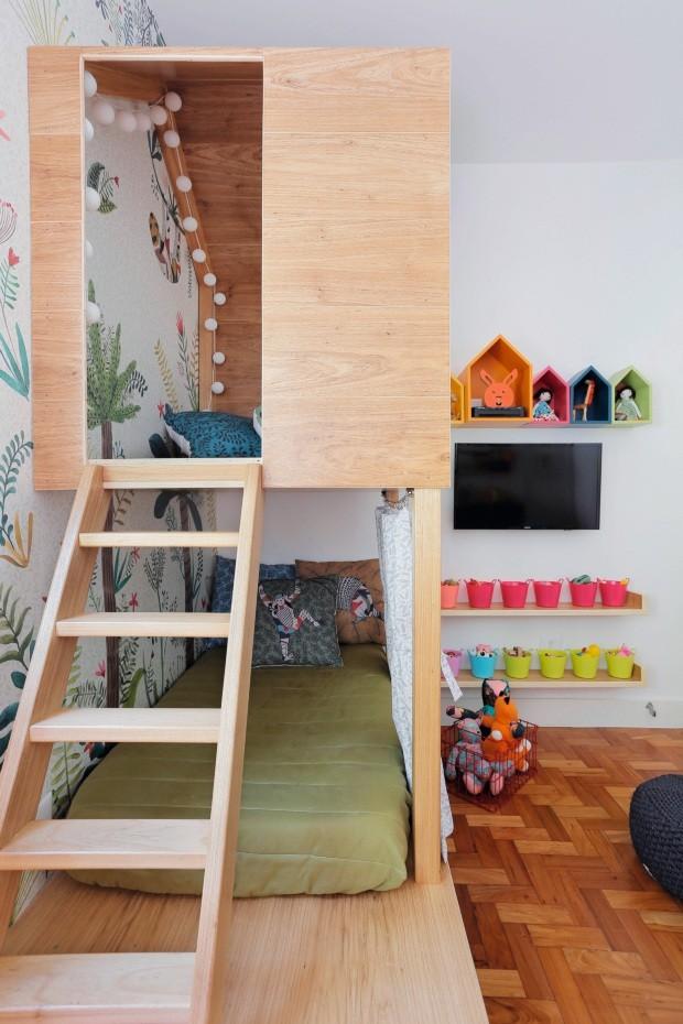 Quarto. Móveis, enxoval e papel de parede da Oba! (Foto: Leonardo Costo / NaToca Design)