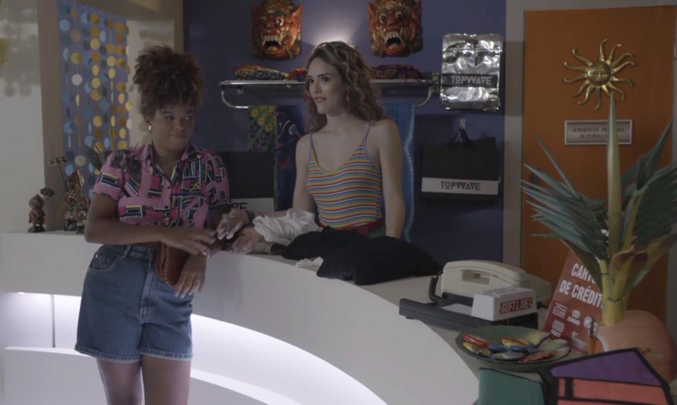 Manu (Isabelle Drummond) se vinga de Vanessa (Camila Queiroz), em 'Verão 90' — Foto: TV Globo