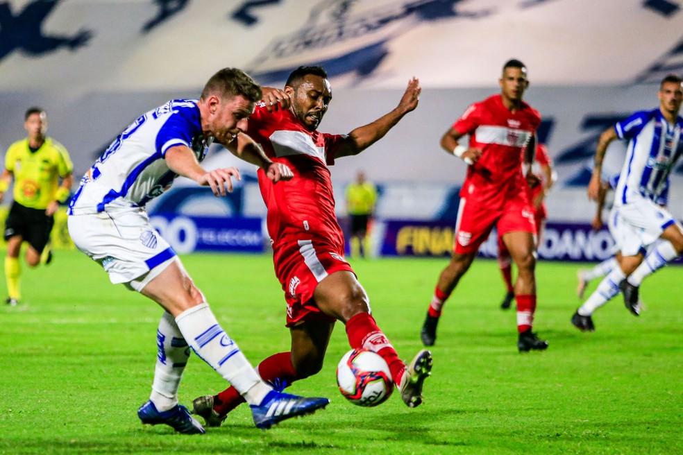 Aylon disputa a bola com Claudinei no primeiro jogo da decisão — Foto: Ailton Cruz/Gazeta de Alagoas