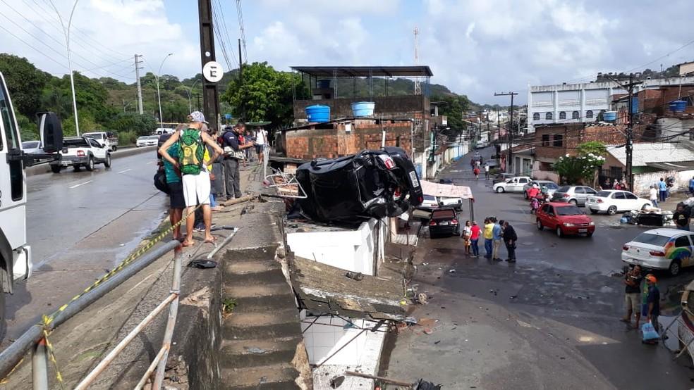 Carro capotou após colidir com poste na Avenida Norte, na Zona Norte do Recife — Foto: Danilo César/TV Globo