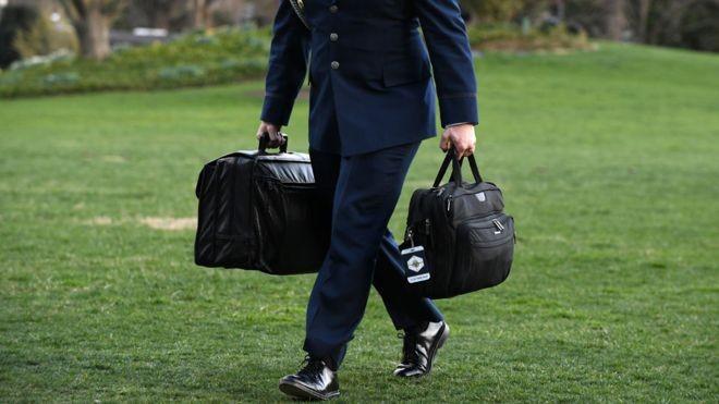 A maleta chamada 'a bola de futebol nuclear', que tem os códigos de lançamento para um ataque nuclear americano (Foto: Getty Images via BBC News Brasil)