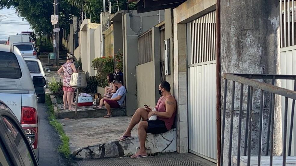 Moradores deixaram prédios após sentirem tremores — Foto: Patrick Marques/G1