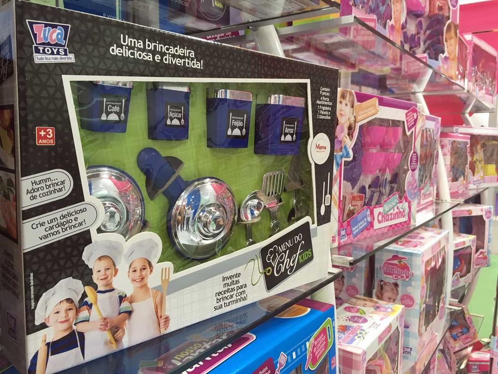Para atrair os meninos (e suas famílias) , fabricantes de brinquedos 'apagam' o cor-de-rosa dos kits de cozinha e cuidados de casa para as brincadeiras infantis (Foto: Ana Carolina Moreno/G1)