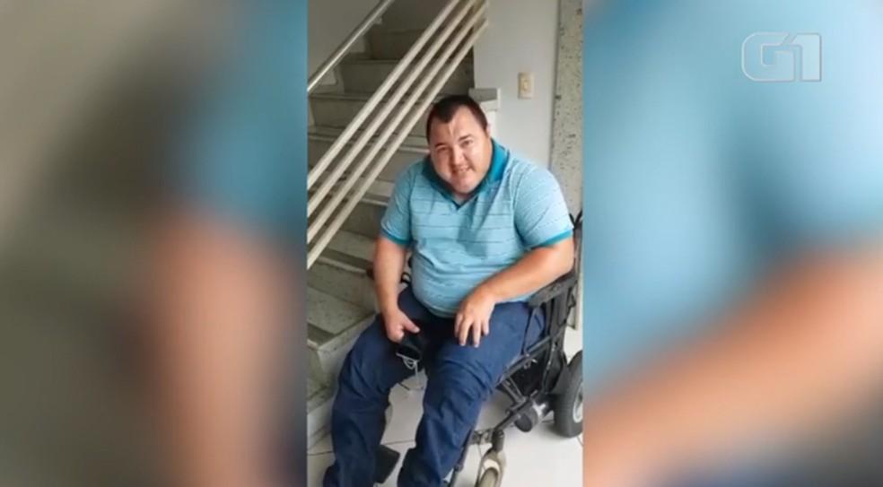 Cadeirante urinou na roupa por falta de banheiro adaptado na Strans.  — Foto: Reprodução