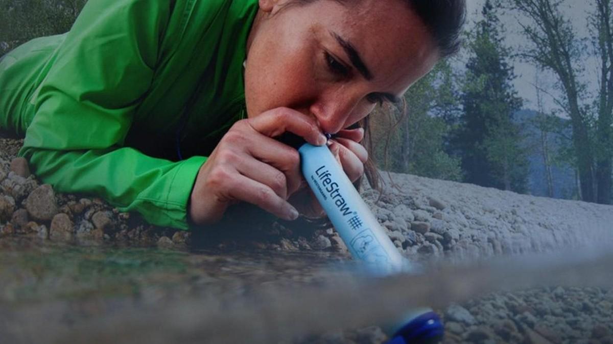 O canudo que permite beber água suja de esgoto sem ficar doente