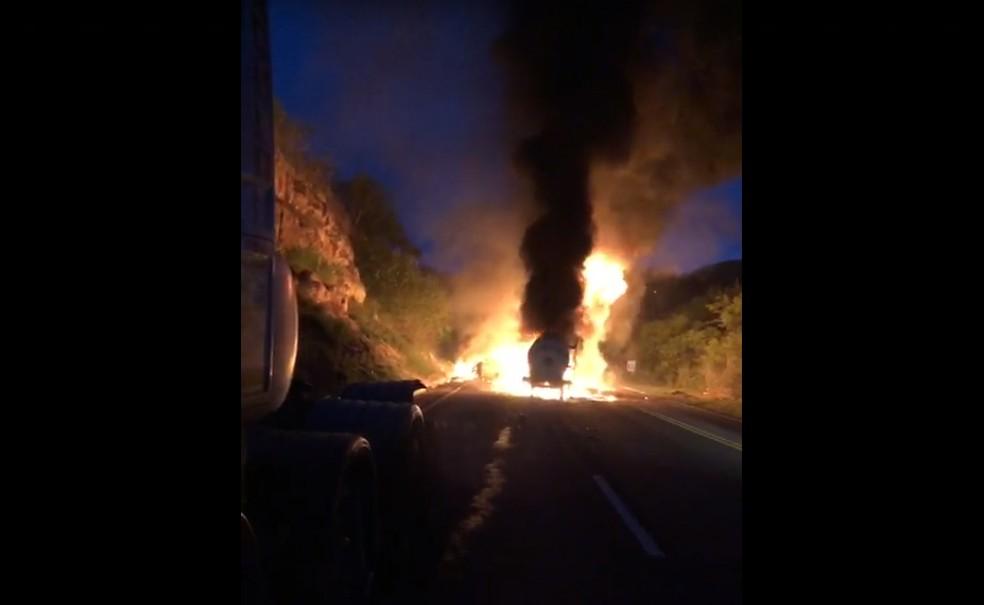 Veículos pegam fogo após acidente na BR-116 em Jaguaquara — Foto: Redes Sociais