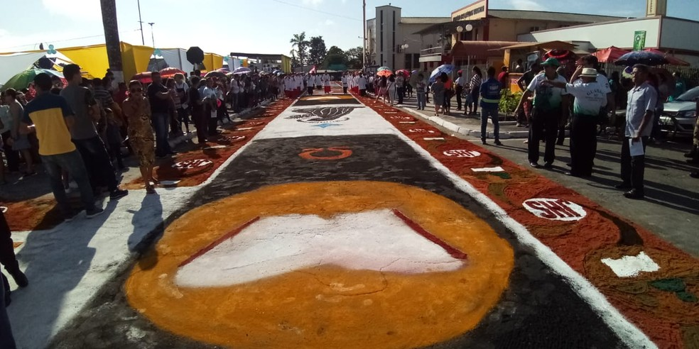 Procissão com o Santíssimo Sacramento é realizada sobre o tapete de serragem.  — Foto: Noriel Magalhães/ TV Liberal