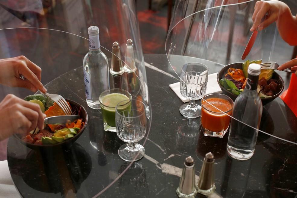 Os pratos são servidos dentro das cápsulas — Foto: Thibault Camus/AP