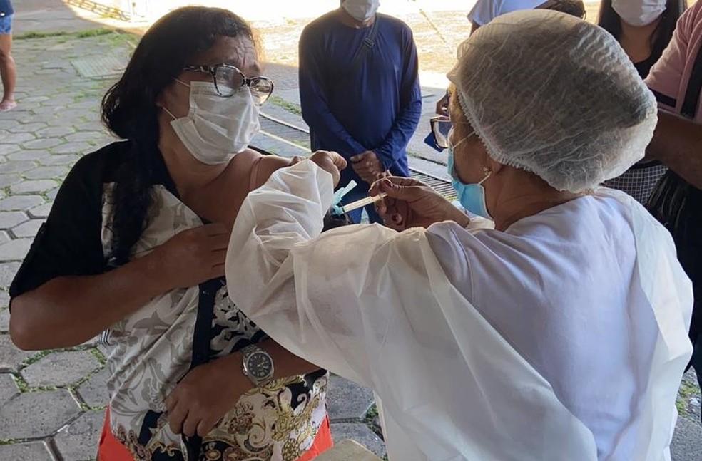 Autônoma Valda Araújo, de 49 anos, também foi uma das primeiras a chegar no posto de vacinação em Manaus — Foto: Patrick Marques/G1