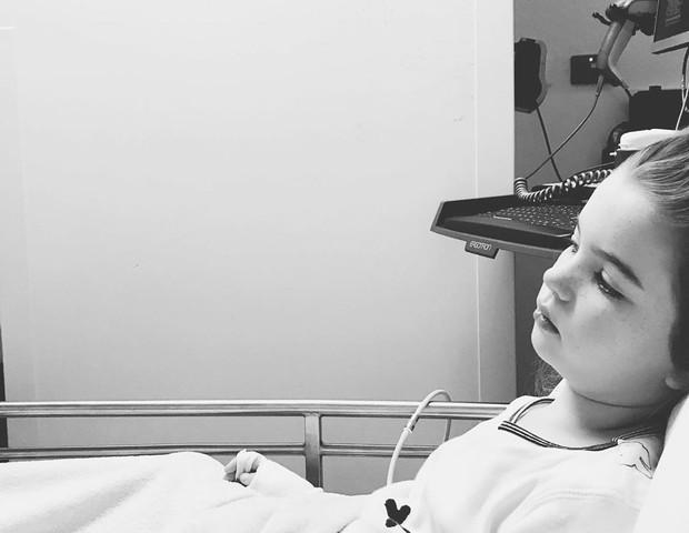 Graças à insistência da mãe, sua filha pôde realizar a cirurgia a tempo. A pipoca aspirada estava alojada nos pulmões (Foto: Reprodução Instagram)