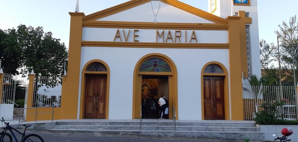 Paróquia Imaculado Coração de Maria Henrique Jorge foi invadida por um homem na madrugada deste sábado (12). — Foto: Leábem Monteiro/Sistema Verdes Mares