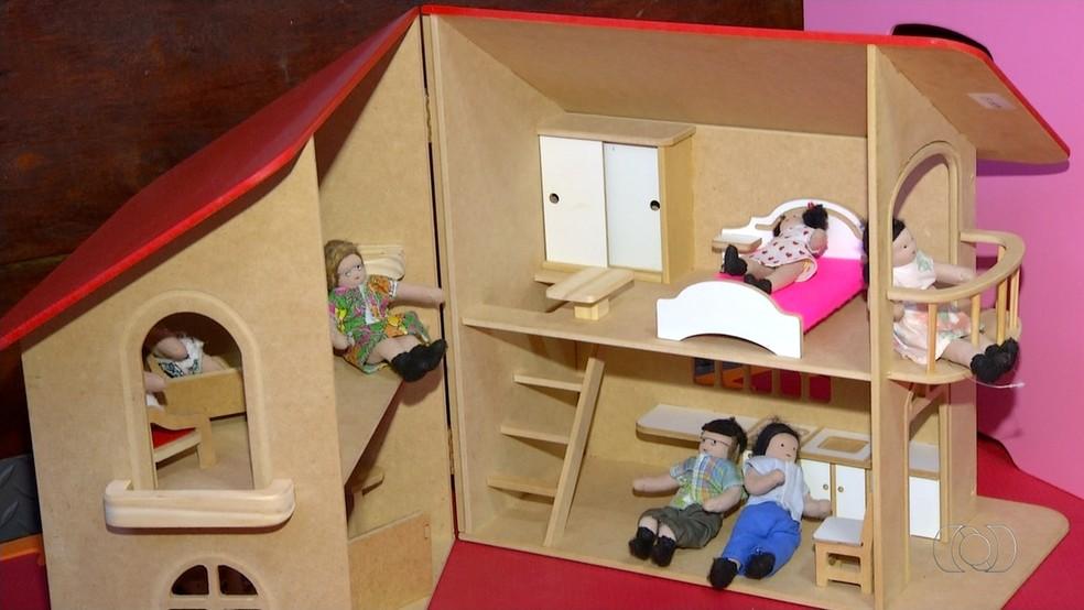 Equipes usam brinquedos para trabalhar com crianças que foram vítimas de abuso (Foto: Reprodução/TV Globo)