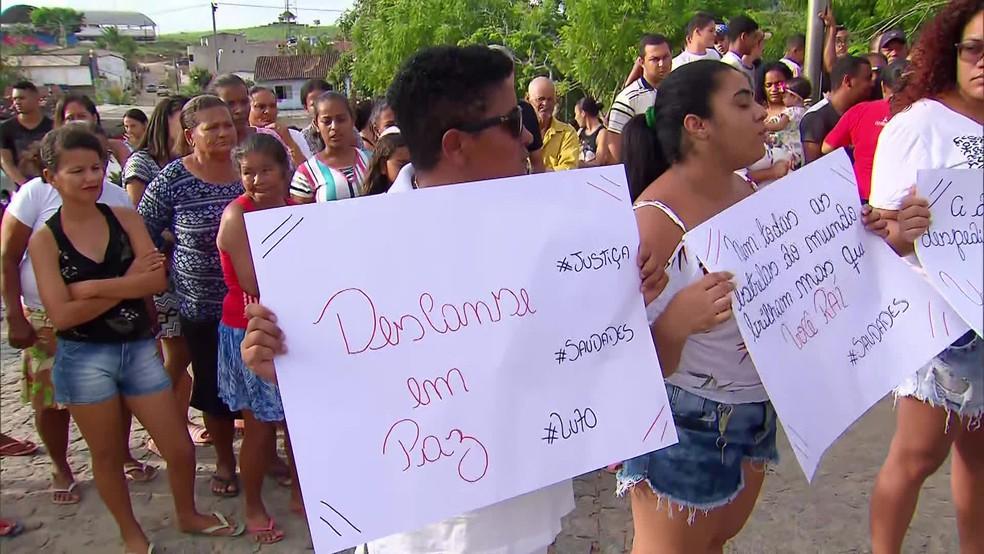 Amigos e parentes de Raí Antônio levaram cartazes ao velório para pedir justiça — Foto: Reprodução/TV Globo