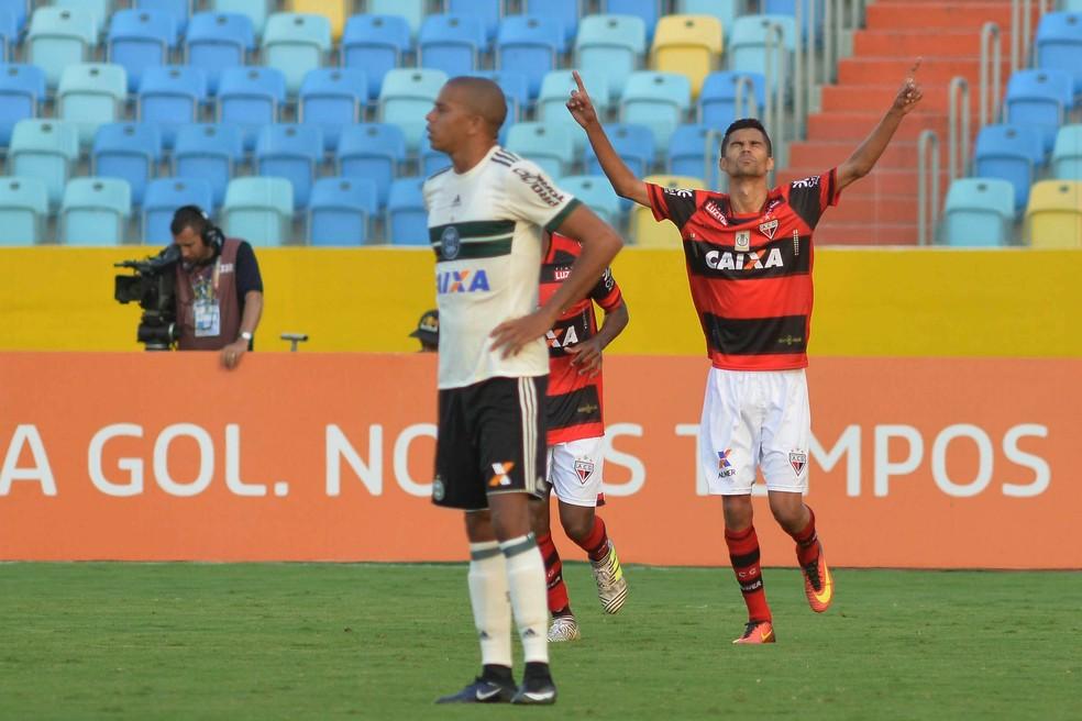 Jorginho comemora gol que deu a vitória ao Atlético-GO (Foto: Futura Press)