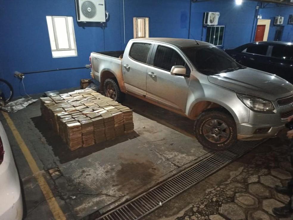 Caminhonete e mais de uma tonelada de drogas foram apreendidas pela polícia — Foto: Gefron/Divulgação
