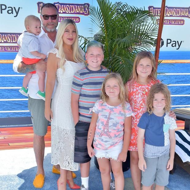 Tori Spelling com o marido, Dean McDermott, e os cinco filhos: Liam, Stella, Hatti, Finn e Beau (Foto: Backgrid)
