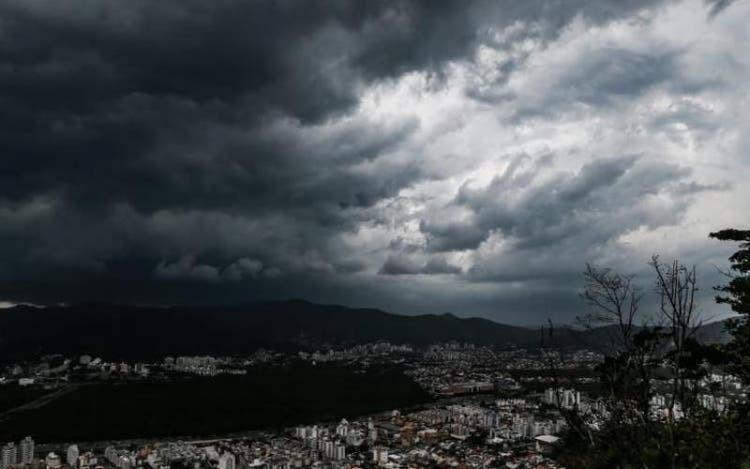 Quinta-feira será de temperaturas elevadas com chance de temporais e granizo em SC