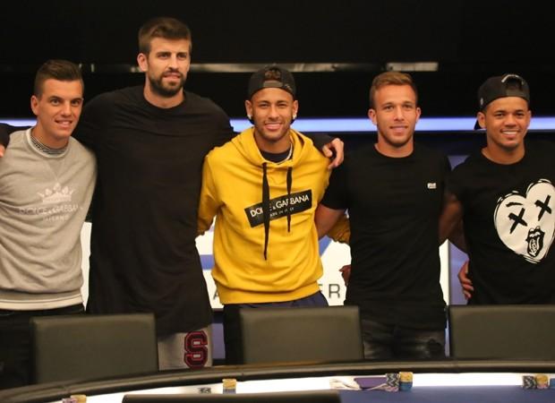 Neymar com Piqué, Sergio Garcia e Jota Amâncio (Foto: Backgrid)
