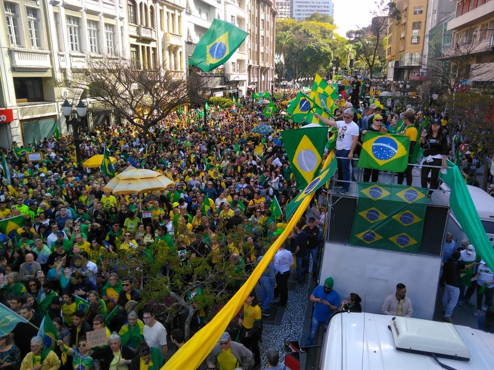 Manifestantes em Curitiba (PR). — Foto: Leandro Brito da Silva/RPC